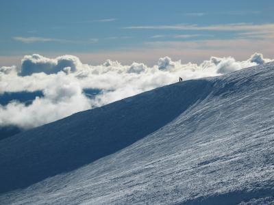Two_people_on_snowy_ridge_2